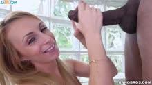 Скриншот для Блондинка трахается с черным перед камерой