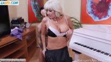 Скриншот для Зрелая блонди в чулках перепихнулась с пианистом