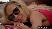 Скриншот для Негр соблазнил у бассейна зрелую блондинку