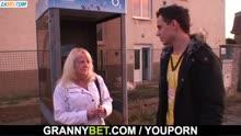Скриншот для Парень подцепил на улице пожийую блонди
