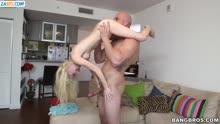 Скриншот для Худая блондинка отсосала большой болт