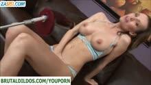 Скриншот для Стройная брюнетка отдалась секс машине